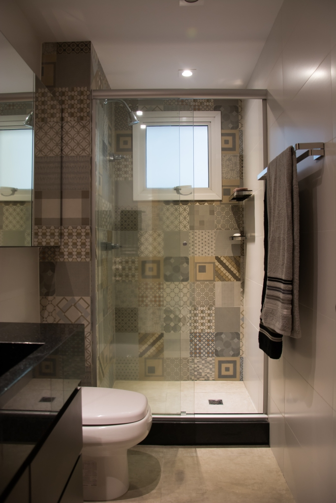Intervenções diferentes para cada banheiro de um mesmo apartamento  Amanda S -> Cuba Para Banheiro Cinza